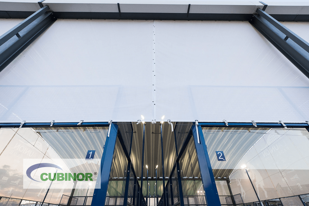 Cubierta autoportantes con cerramiento de lona para pista de pádel en Club de Pádel La Unión, Madrid