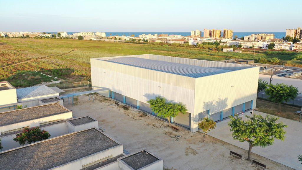 Cubierta autoportante pista polideportiva  colegio con cerramiento Pompeu Fabra Cunit