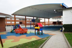 cubierta autoportante pista polideportiva colegio en Derio